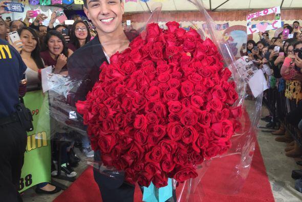 Luis bromeó diciendo que le iba a regalar este ramo de rosas a Be...