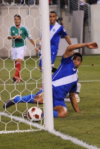 Guatemala estuvo cerca de meter un autogol, pero Carlos Gallardo sacó el...