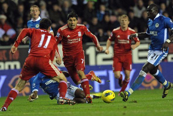 Pero la defensa del Wigan se esforzó por no permitirle gol ni al...