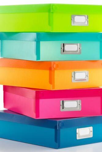 También puedes elegir cajas de colores bajas para poder meterlas debajo...