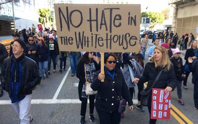 Una mujer avanza por las calles angelinas en la 'Marcha de las Mujeres',...