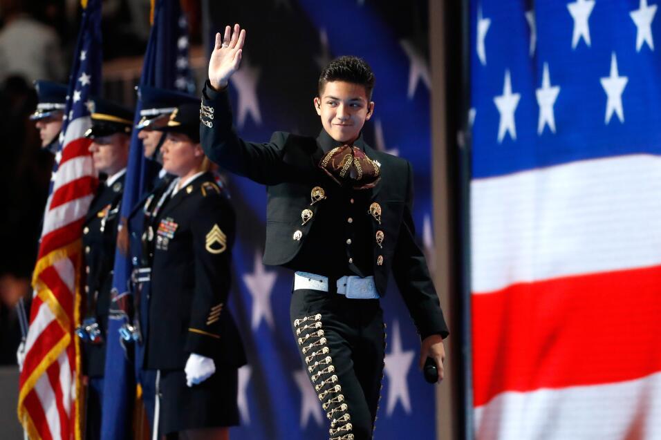 El niño mariachi Sebastien de la Cruz saluda a los delegados demócratas...