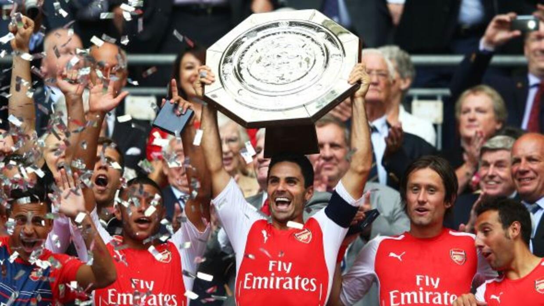 El español Arteta, capitán de los 'Gunners', levanta el trofeo con el qu...