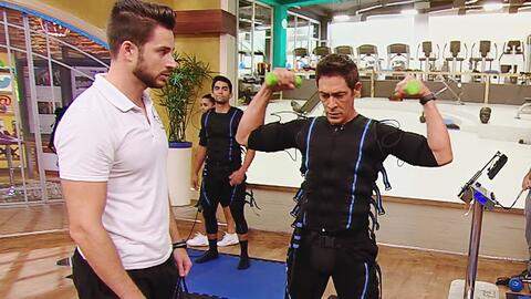 Johnny parecía un robot al hacer este nuevo ejercicio electro-muscular