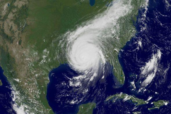 La fuerza del devastador huracán vista desde el espacio frente a las cos...