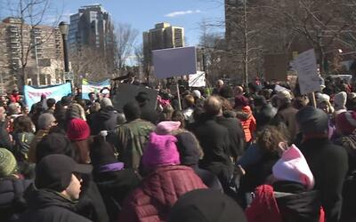 Residentes de Queens protestan contra las políticas migratorias del pres...