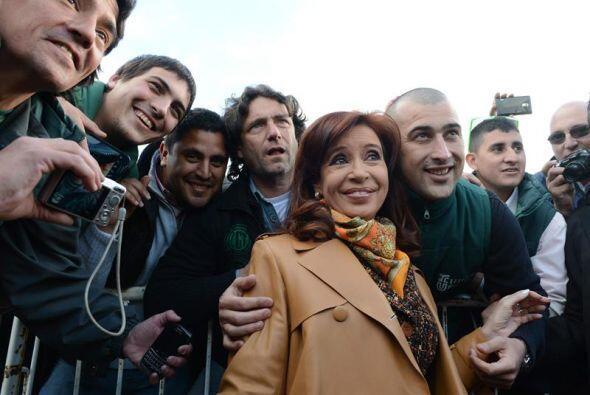 La presidenta argentina Cristina Fernández, posó con trabajadores del fe...