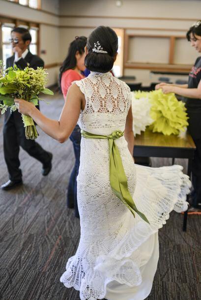 El día de la boda utilizó un cinturón verde para da...
