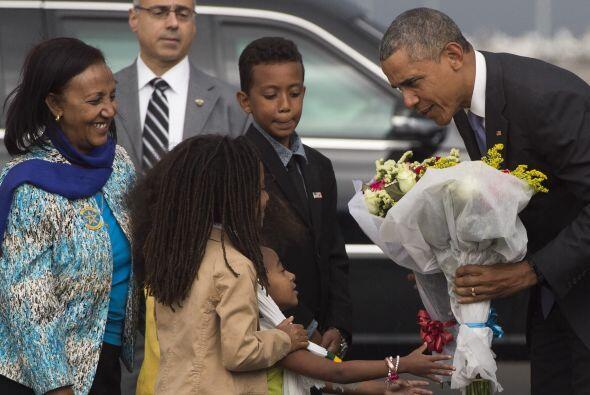 Barack Obama recibe flores a su llegada al país africano.