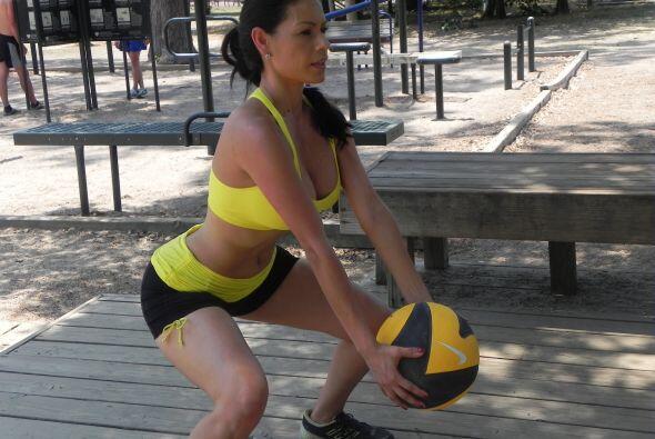 El ejercicio consiste en subir y bajar con la pelota haciendo sentadilla...