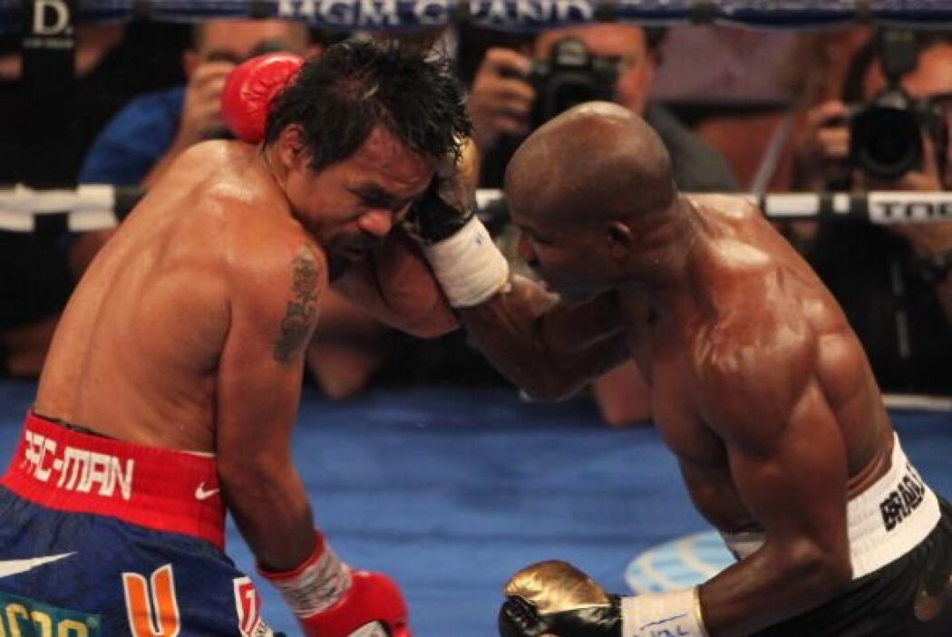 En el clinch Bradley trataba de aprovechar para golpear al cuerpo con ve...