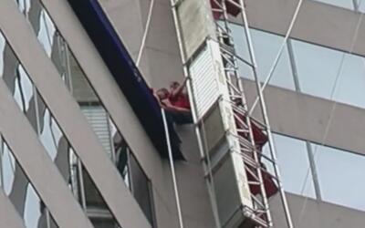 Colapso de andamio a más de 200 pies de altura fue captado en cámara