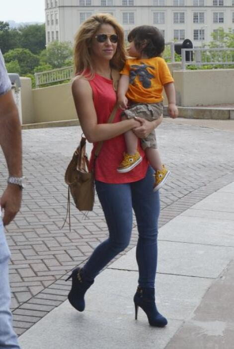 Mientras su pareja entrena, Shakira pasea con el pequeño. Mira aquí los...