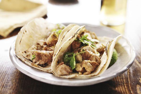 Rellena tus tacos, agrega ensalada y adereza con una 'sour cream' condim...