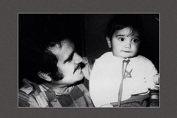 Esta tierna foto de padre con hijo en brazos también sirvió para promoci...