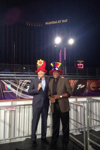Alan Tacher y Johnny Ventura posando con un look muy singular.