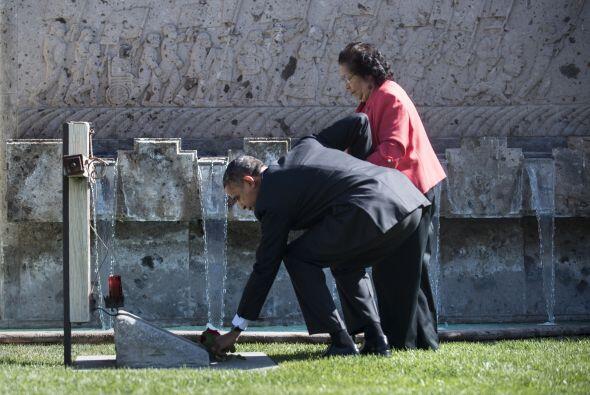 Antes de su discurso formal en 2012, el Obama visitó la tumba del líder...