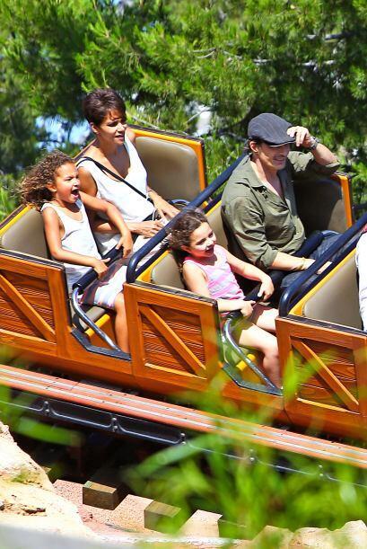 La familia disfrutó de todo el parque de diversiones. Mira aqu&ia...