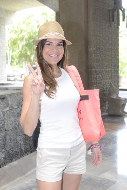 La guapa conductora se protegió del sol con un sombrero y su &quo...