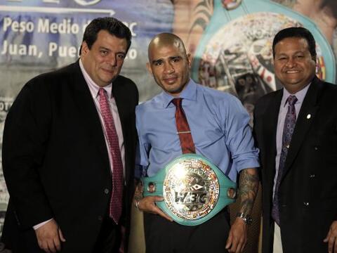 Miguel Cotto, campeón mundial medio del Consejo Mundial de Boxeo, recibi...