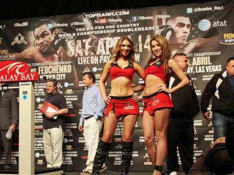 Las Chicas Tecate no podían faltar en el pesaje de Brandon R&iacu...