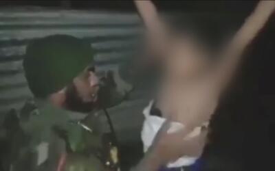 Aterrador video muestra cómo un soldado iraquí desactiva explosivos en e...
