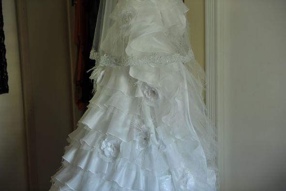 El vestido al frente es de falda corta, para mostrar las hermosas pierna...