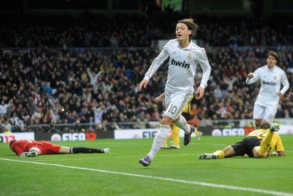 Otra vez Kaká habilitó, ésta vez al alemán, y Ozil sacó un remate de zur...