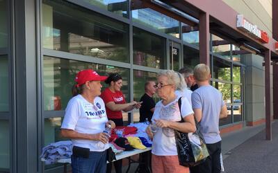 Seguidores de Donald Trump compran gorras y camisetas a las afueras del...