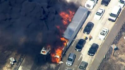 Intenso incendio en autopista de California
