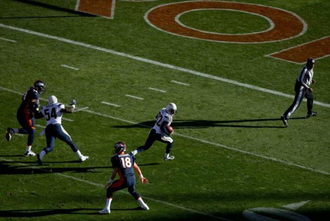 Weddle al correr para touchdown tras la intercepción a Manning que abrió...