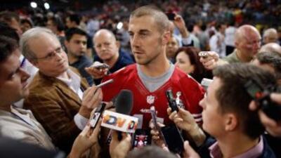 Alex Smith acaparó la atención de muchos reporteros durante el turno de...