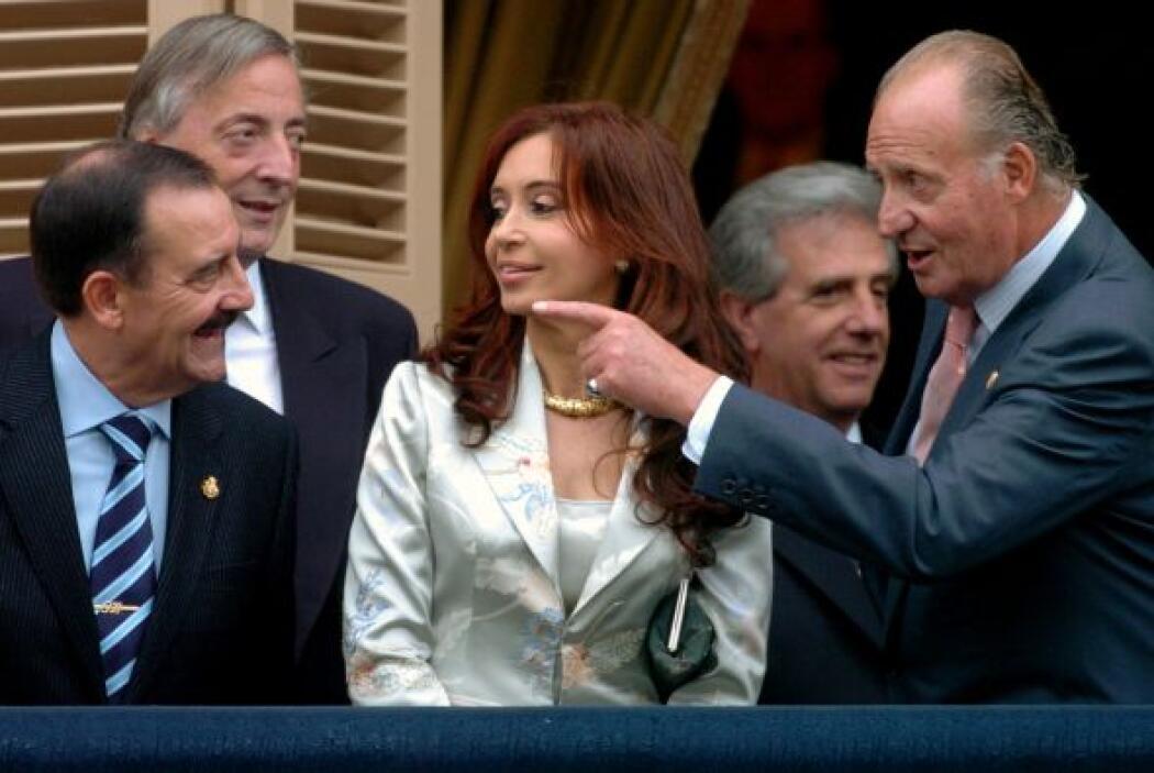 El rey Juan Carlos charla con Cristina Fernández junto al malogrado pres...