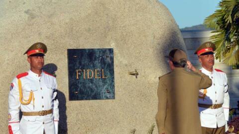 La tumba de Fidel está situada cerca del monumento funerario del líder d...