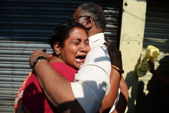 Familiares de los pasajeros fallecidos se reunieron afuera de la oficina...