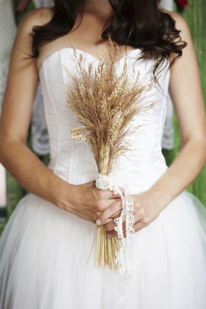 Para atar el ramo de novia, suele usarse una tira, pero también t...