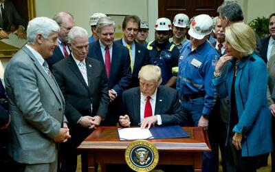Trump firma una ley que pone fin a las regulaciones al sector minero