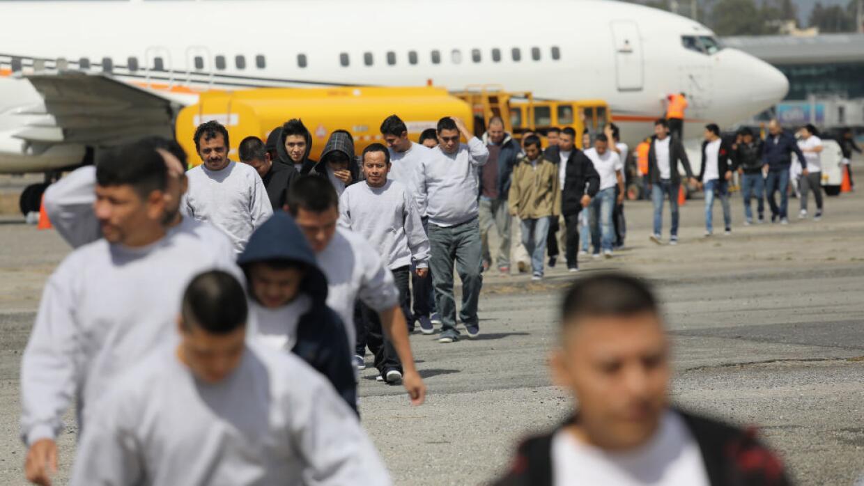 Un avión llega a Guatemala con el más reciente grupo de de...