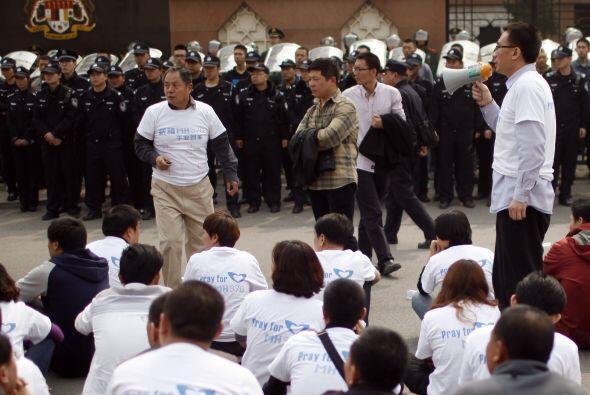 Un gran número de manifestantes vistieron camisetas blancas con e...