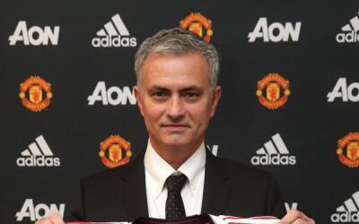 Jose Mourinho con la camisa del Manchetser United.