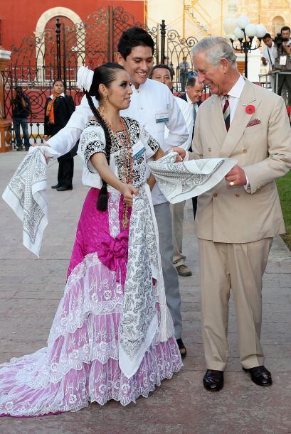 Un grupo folclórico retó a Charles a bailar uno de sus números típicos.
