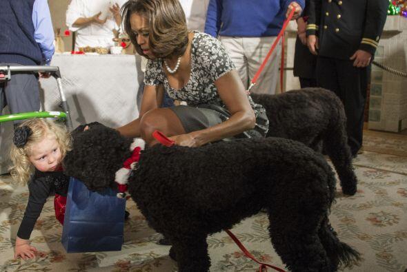 Michelle e hijos de militares estaban decorando galletas, haciendo flore...