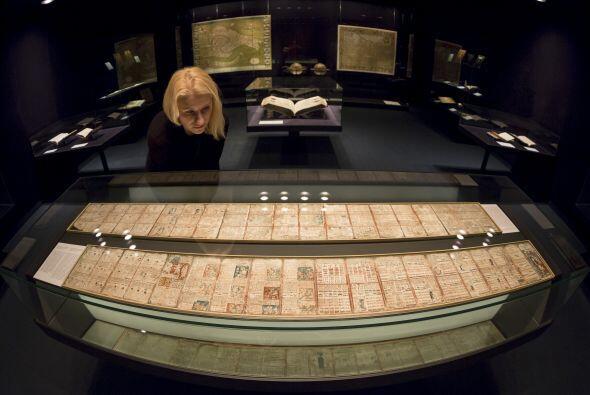 Un visitante en la Biblioteca del Estado de Sajonia, Alemania, mira uno...