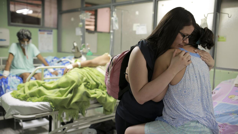 Xiojanni Badillo abraza a su tía Daysi Mendoza, que se recupera d...