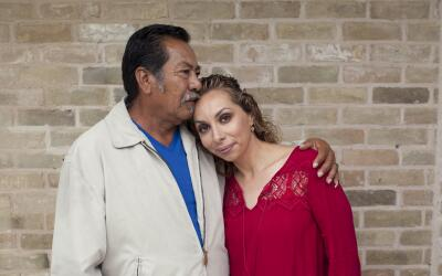 Ana tiene VIH. Aquí posa junto a Félix, su padre, quien ha...