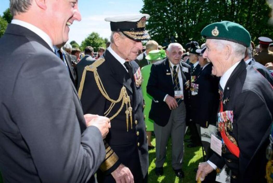 El primer ministro británico, David Cameron, y el príncipe Felipe de Edi...