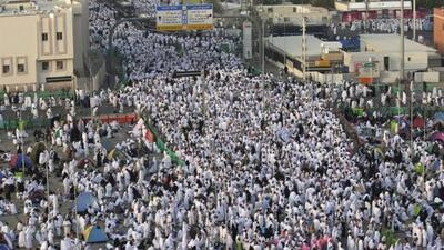 Una fotografía previa a la estampida muestra a musulmanes que rezan en e...