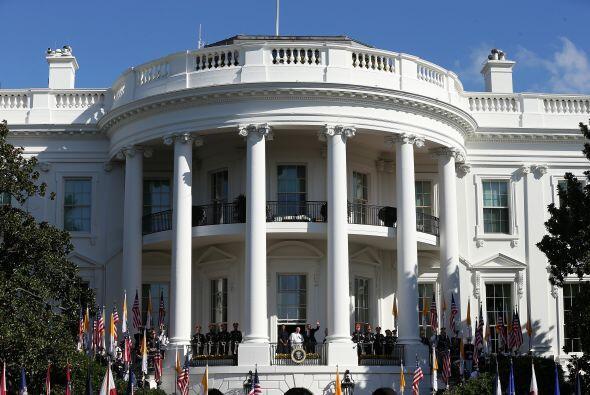 Barack y Michelle Obama en la terraza de la Casa Blanca con el líder de...