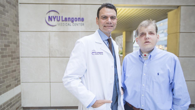 Rodriguez junto a su paciente Patrick Hardison, receptor del primer tras...