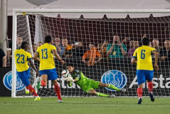 Pero Jesús Corona tuvo una noche fantástica y detuvo el penalti a Miler...